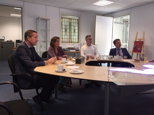 Image of major, aldermen and city council of Gemeente Kapelle listening to the Luximprint Story