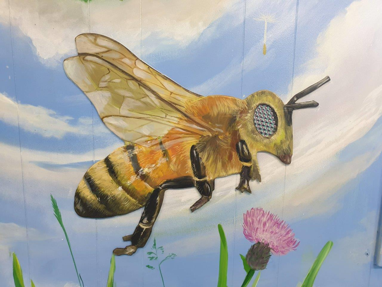 Image of a large wall-painted bee incl a Luximprint flys eye lens integrated