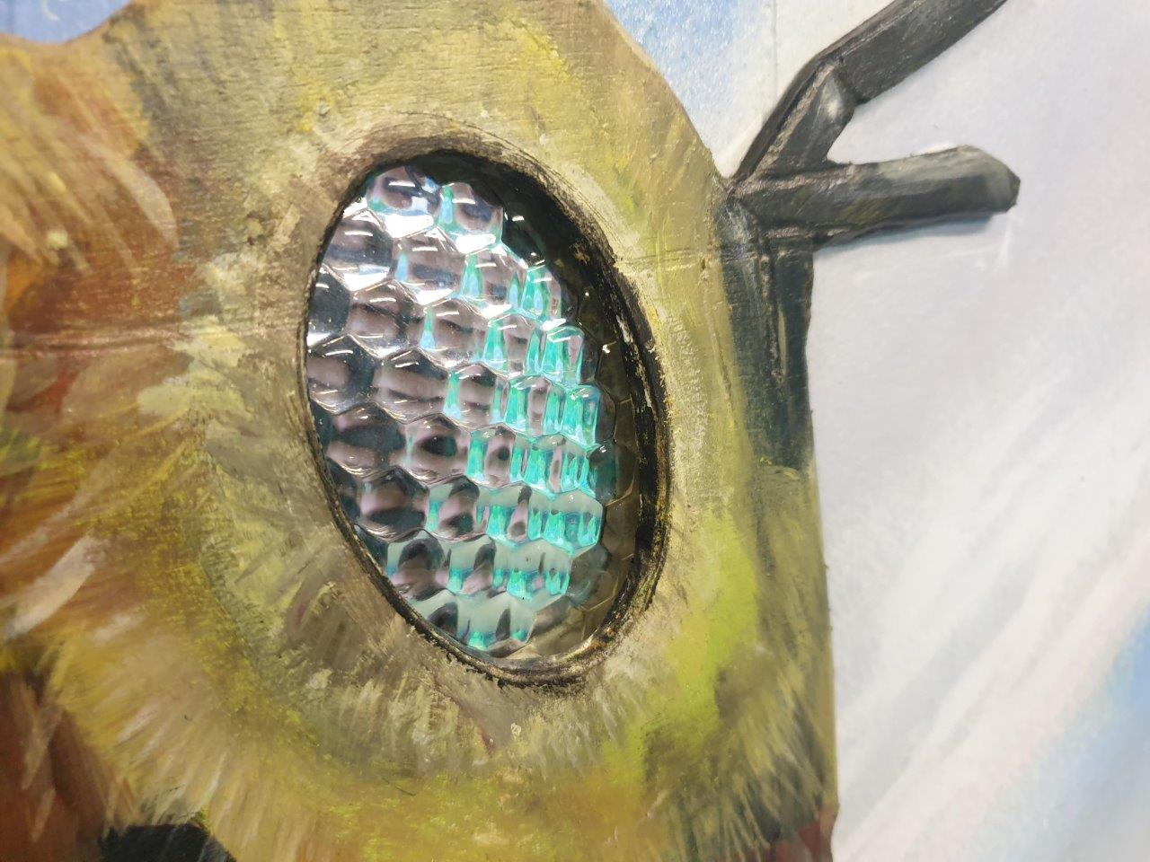 Image of a large wall-painted bee incl a Luximprint flys eye lens integrated_close up